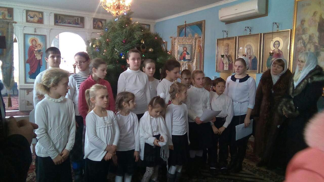 Die Kinder der Witwe in einer orthodoxen Kirche, um dort den Besuchern von dem lebendigen Glauben vorzusingen