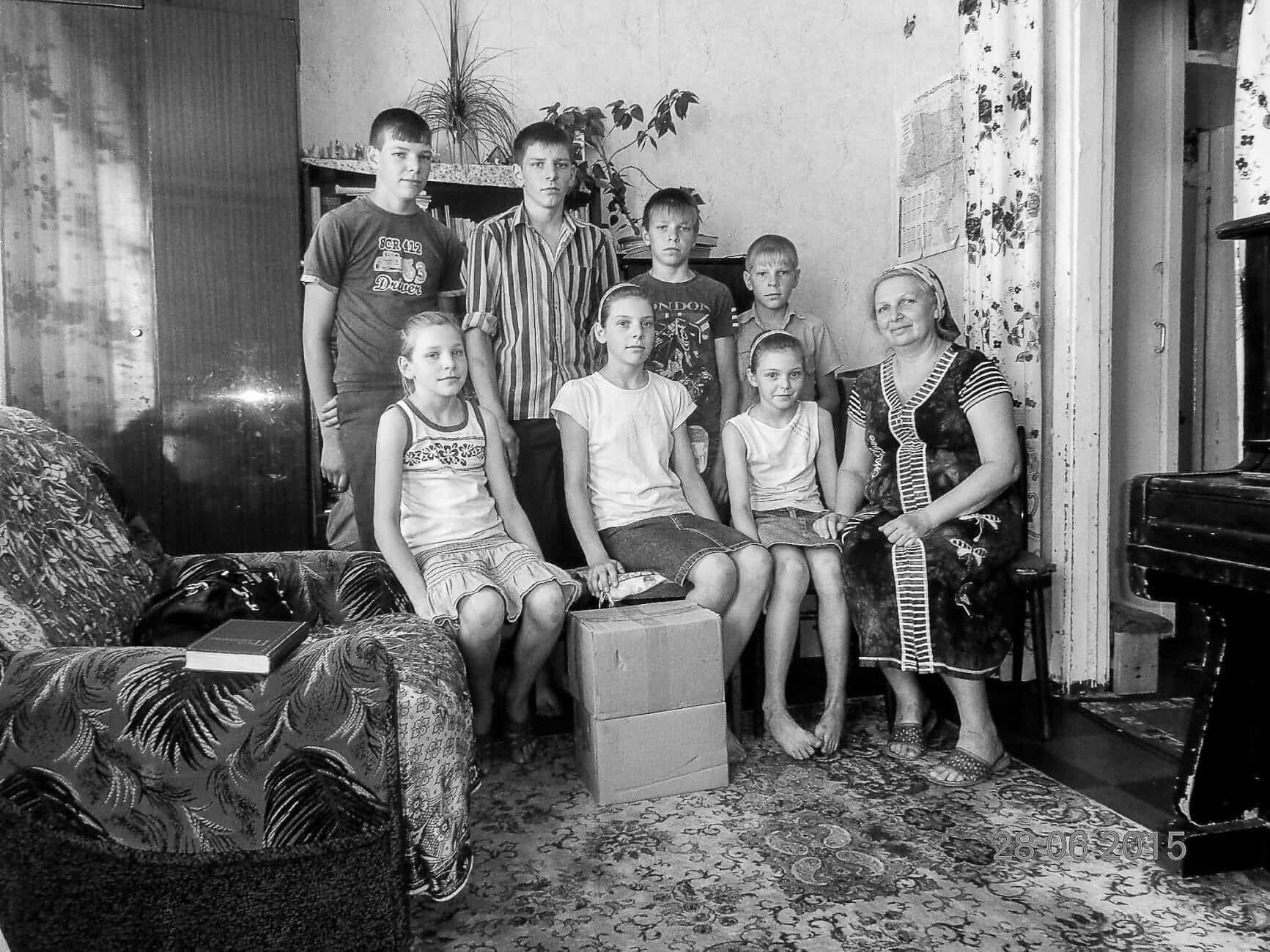 Witwe Redkina mit Kindern bekommen Lebensmittelpakete