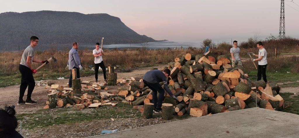 Eine Gruppe aus Deutschland hilft den Witwen das Holz vorzubereiten